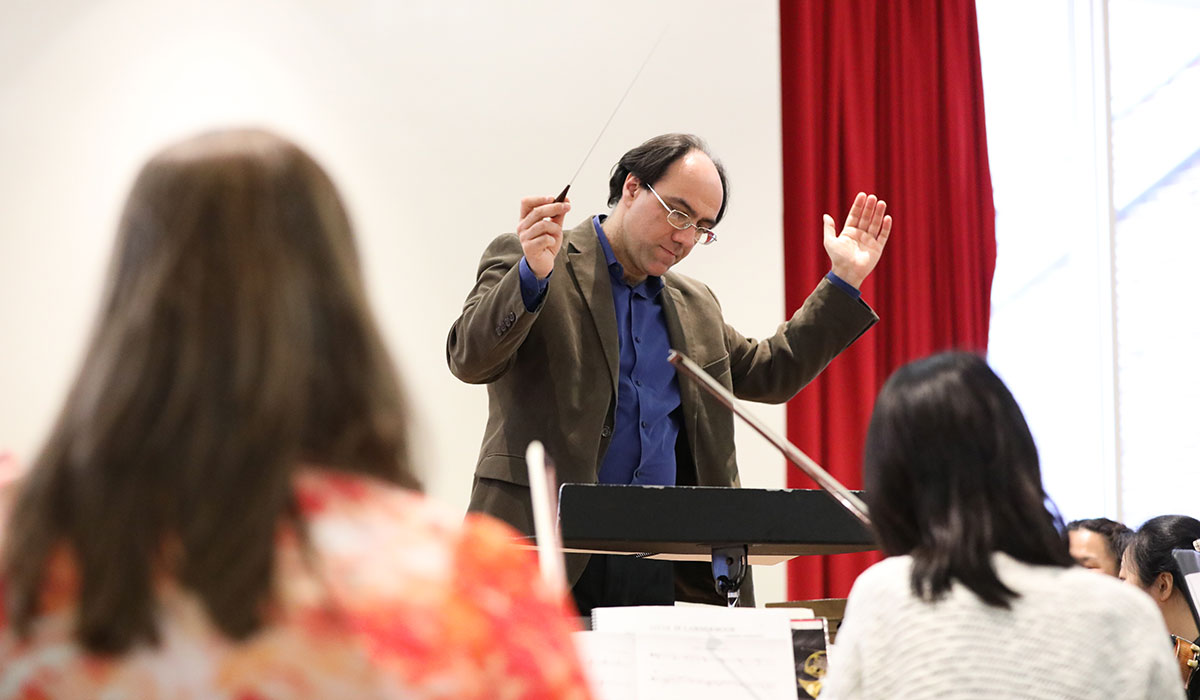 Simeone Tartaglione conducting students